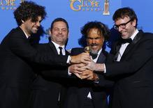 """Bo, Dinelaris, Jr., diretor Iñárritu e Giacobone posam com Globo de Ouro de """"Birdman"""". 11/02/2015 REUTERS/Mike Blake"""