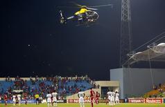 Helicóptero da polícia sobrevoa gramado enquanto torcedores da Guiné Equatorial jogam objetos durante semifinal da Copa das Nações Africanas contra Gana, em Malabo, nesta quinta-feira. 05/02/2015 REUTERS/Amr Abdallah Dalsh