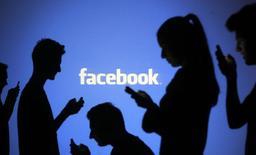 Facebook, qui a annoncé un accord avec le groupe indien Reliance Communications pour lancer un bouquet de services en Inde, à suivre mardi sur les marchés américains. /Photo d'archives/REUTERS/Dado Ruvic