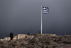 Bandeira nacional da Grécia na Acrópole, em Atenas, nesta terça-feira. 10/02/2015 REUTERS/ Alkis Konstantinidis