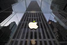El logo de Apple visto en una de sus tiendas comerciales en Nueva York. Imagen de archivo, 22 abril, 2014. El presidente ejecutivo de Apple, Tim Cook, dijo el martes que la compañía de tecnología estadounidense invertirá 850 millones de dólares para ayudar a construir una planta de energía solar en California con la fabricante de paneles First Solar.  REUTERS/Brendan McDermid
