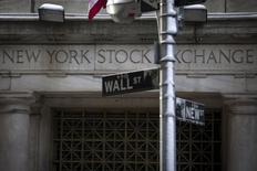 Una señalética de Wall Street fotografiada frente a la bolsa de Nueva York. Imagen de archivo, 4 febrero, 2014. El índice S&P 500 cerró casi sin cambios el miércoles en la bolsa de Nueva York porque los inversores fueron reacios a hacer grandes apuestas mientras esperaban los resultados de las negociaciones que involucran a Grecia y a Ucrania, pero Apple ayudó a subir al Nasdaq. REUTERS/Brendan McDermid
