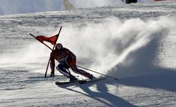 Lasse Kjus of Norway skis down the course during the first run of the men's Alpine skiing giant slalom at the Torino 2006 Winter Olympic Games in Sestriere, Italy, February 20, 2006. REUTERS/Wolfgang Rattay