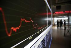 Экран с графиком на фондовой бирже в Афинах. 9 февраля 2015 года. Европейские фондовые рынки растут, после того как участники переговоров о мире на Украине сообщили, что договорились о прекращении огня. REUTERS/Alkis Konstantinidis