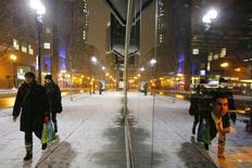 Personas caminan frente a restorantes en Boston, Massachusetts. Imagen de archivo, 26 enero, 2015.  El gasto del consumidor en Estados Unidos apenas subió en enero debido a que los hogares redujeron las compras de una serie de productos, lo que sugiere que la economía comenzó el primer trimestre en un pie más débil. REUTERS/Brian Snyder