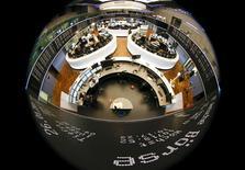 Les Bourses européennes évoluent dans le rouge lundi à la mi-séance à quelques heures de la réunion de l'Eurogroupe à Bruxelles sur la dette grecque. À Paris, le CAC 40 perd 0,02% à 4.758,46 points vers 12h20 GMT. À Francfort, le Dax abandonne 0,27% et à Londres, le FTSE 0,18%. /Photo d'archives/REUTERS/Kai Pfaffenbach