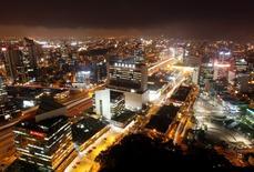 El centro financiero de San Isidro fotografiado desde lo alto de un edificio en Lima. Imagen de archivo, 19 diciembre, 2013. La actividad económica de Perú creció un 0,54 por ciento interanual en diciembre y acumuló el año pasado una expansión del 2,35 por ciento, anunció el lunes el Gobierno. REUTERS/Enrique Castro-Mendivil