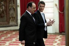 French President Francois Hollande (L) and Prime Minister Manuel Valls leave after a news conference at the Elysee Palace in Paris February 5, 2015.  REUTERS/Philippe Wojazer