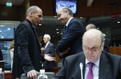 Ministro grego das Finanças, Yanis Varoufakis (à esquerda), conversa com o ministro espanhol, Luis de Guindos, em reunião de ministros da UE em Bruxelas. 17/02/2015 REUTERS/Francois Lenoir