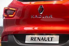 Renault continue sa montée en Bourse de ces derniers jours et gagne encore plus de 2% à la mi-séance mardi à Paris après l'annonce d'une hausse de 6,2% des ventes de voitures neuves en Europe en janvier. /Photo prise le 2 février 2015/REUTERS/Charles Platiau