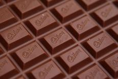Una tableta de chocolate marca Cadbury fotografiada en Manchester. Imagen de archivo, 19 enero, 2010.  La demanda por cacao posiblemente continúe deprimida este año ya que el alto precio de los granos hace que su procesamiento sea menos redituable y presiona a los fabricantes de chocolate a reducir el tamaño de las barras o usar ingredientes alternativos más baratos como aceites vegetales en los productos.  REUTERS/Phil Noble