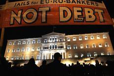 Manifestation contre l'austérité à Athènes. Le ton est monté mardi entre la Grèce et ses bailleurs de fonds internationaux mais la porte vers un compromis permettant aux deux parties de sortir de l'impasse ne paraît pas totalement verrouillée. /Photo prise 16 février 2015/REUTERS/Yannis Behrakis