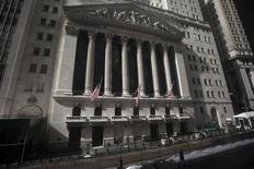 Здание фондовой биржи в Нью-Йорке. 17 февраля 2015 года. Американский фондовый индекс S&P 500 во вторник обновил абсолютный максимум, поднявшись выше 2.100 пунктов, за счет надежды инвесторов на соглашение о кредитовании Греции. REUTERS/Carlo Allegri