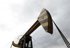Станок-качалка на месторождении Роснефти в Краснодарском крае. 21 декабря 2014 года. Крупнейшая российская нефтекомпания Роснефть заместила запасы углеводородов по итогам 2014 года на 154 процента, подтвердила компания в среду. REUTERS/Eduard Korniyenko