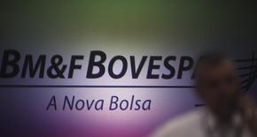 Un hombre habla por teléfono frente al logo del BM&FBovespa en la bolsa de Sao Paulo. Imagen de archivo, 7 octubre, 2013.  La bolsa de Brasil registró su tercer alza consecutiva el Miércoles de Ceniza y su principal índice superó los 51.000 puntos por primera vez en más de dos meses, en una sesión marcada por vencimientos de opciones de títulos en el Bovespa y ajustes a la cotización de las acciones en Nueva York. REUTERS/Nacho Doce