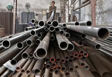 Un trabajador almacena tubos de acero en la ciudad india de Ahmedabad. Imagen de archivo, 4 noviembre, 2014.  Tenaris, el mayor productor global de tubos de acero sin costura para la industria petrolera, reportó una ganancia por acción de 0,17 dólares y ventas netas de 2.680 millones de dólares en el cuarto trimestre del año pasado.   REUTERS/Amit Dave