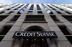 El logo del banco Credit Suisse  visto en una de sus sucursales en Ginebra. Imagen de archivo, 12 febrero, 2015.  Los ingresos por materias primas de los 10 bancos de inversión más importantes subieron un 9 por ciento el año pasado, revirtiendo tres años de retrocesos, debido al incremento de la actividad en los mercados energéticos ante la fuerte caída de los precios del petróleo, dijo el jueves una consultora. REUTERS/Denis Balibouse