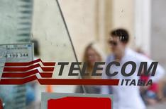 Logotipo da Telecom Italia numa cabine telefônica em Roma. 28/08/2014 REUTERS/Max Rossi