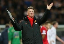 Técnico do Manchester United, Louis Van Gaal, aplaude torcida após vitória sobre o Preston North End pela Copa da Inglaterra. 16/02/2015 Reuters/Carl Recine