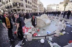 "Torcedores do Feyenoord perto da ""Barcaccia"", em Roma. 19/02/2015 REUTERS/Yara Nardi"