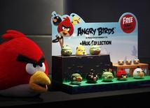 El desarrollador finlandés Rovio empezará a adaptar sus videojuegos para móvil de Angry Birds al mercado chino con ayuda de la empresa local Beiking Kunlun, con las miras puestas en ampliar el negocio en el país más poblado del mundo, dijo la empresa el jueves. En la imagen, merchandising de Angry Birds durante una rueda de prensa celebrada en Hong Kong, en una imagen de archivo tomada el 3 de julio de 2012. REUTERS/Bobby Yip