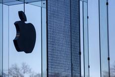 Apple va investir 1,7 milliard d'euros dans la construction de deux centres de données en Irlande et au Danemark, fonctionnant entièrement à partir des énergies renouvelables avec la création de centaines d'emplois à la clef. /Photo d'archives/REUTERS/Shannon Stapleton