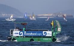 Barco de recolhimento de lixo na Baía de Guanabara durante evento-teste de vela para os Jogos de 2016. 03/08/2014 REUTERS/Sergio Moraes