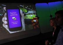 Pessoas veem demonstração do aplicativo Google Wallet em New York 26/05/ 2011. REUTERS/Shannon Stapleton