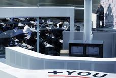 Глава Japan Exchange Group Inc Ацуси Сайто дает пресс-конференцию в здании фондовой биржи в Токио. 24 февраля 2015 года. Азиатские фондовые рынки завершили торги среды разнонаправленно, отреагировав на комментарии председателя ФРС Джанет Йеллен, макроэкономическую статистику Китая и локальные факторы. REUTERS/Yuya Shino