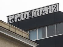 Логотип австрийского девелопера Immofinanz на крыше его офиса в Вене 21 марта 2013 года. Инвестиционная О1 Group Бориса Минца совместно с австрийской CA Immo может купить около 15 процентов австрийской девелоперской компании Immofinanz с активами в России, сообщила CA Immo в среду. REUTERS/Heinz-Peter Bader