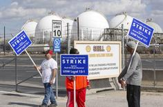 Workers from the United Steelworkers (USW) union walk a picket line outside the Shell Oil Deer Park Refinery in Deer Park, Texas February 1, 2015.   REUTERS/Richard Carson