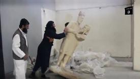 Captura de pantalla de un hombre derribando una estatua en un museo de Mosul, feb 26 2015. Milicianos de Estado Islámico en el norte de Irak destruyeron una invaluable colección de estatuas y esculturas de miles de años de antigüedad pertenecientes a la cultura asiria, según un video divulgado por internet en nombre del grupo radical.  REUTERS/Social media Web site via Reuters TV IMAGEN PROPIEDAD DE TERCEROS. REUTERS NO PUEDE AFIRMAR O DESMENTIR LA AUTENTICIDAD, CONTENIDO, UBICACION O FECHA EN LA QUE SE PRODUJO ESTA IMAGEN