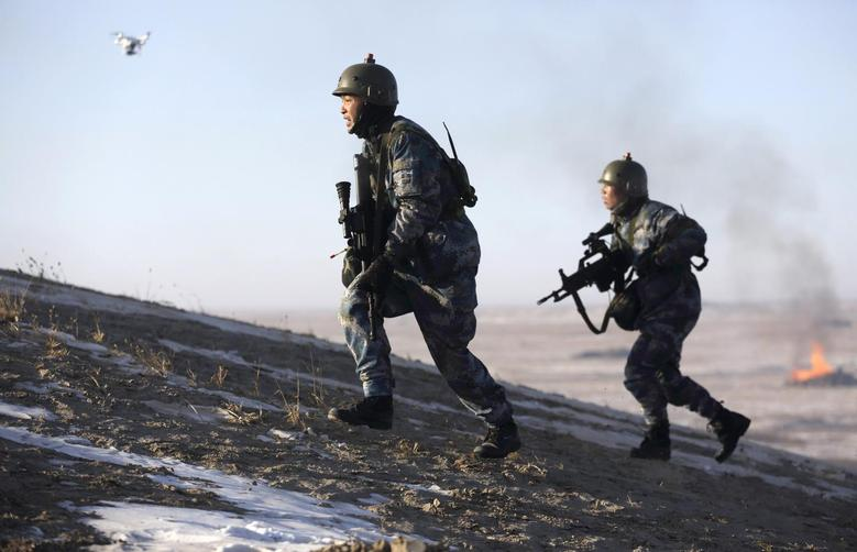 Soldiers of the People's Liberation Army (PLA) Marine Corps run during a military drill on snow-covered field at a military base in Taonan, Jilin province January 28, 2015. REUTERS/China Daily