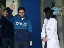 Piloto de F1 Fernando Alonso ao deixar o hospital em  Sant Cugat após acidente. 25/2/2015 REUTERS/Albert Gea