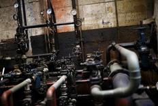Unas tuberías en una compañía pesquera en Concepción, Chile, nov 14 2014. La actividad económica en Chile habría crecido un 2,7 por ciento en enero, apoyada en el buen desempeño de las manufacturas y la minería, manteniendo la tendencia del mes anterior y pese a las dudas de los expertos sobre el ritmo de recuperación, reveló el viernes un sondeo de Reuters. REUTERS/Ivan Alvarado