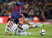 Daniel Alves, do Barcelona, disputa lance com jogador do Atlético de Madri Arda Turan na Copa do Rei.  21/01/2015.  REUTERS/Gustau Nacarino