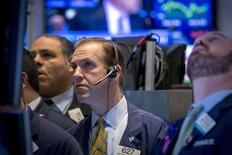La Bourse de New York a terminé en baisse vendredi après la publication d'une série d'indicateurs économiques mitigé.      Le Dow Jones a fini perdu 0,44%, à 18.134,44 points, des chiffres susceptibles de varier encore légèrement. /Photo prise le 26 février 2015/REUTERS/Brendan McDermid