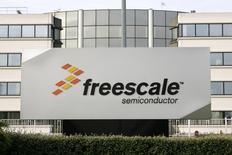 Le fabricant de semi-conducteurs NXP a conclu le rachat de son concurrent Freescale pour un montant de 11,8 milliards de dollars (10,6 milliards d'euros) payable en numéraire et en actions. Le rapprochement des deux groupes, qui affichent une capitalisation boursière cumulée de plus de 40 milliards de dollars (35,8 milliards d'euros), formera un nouveau numéro un mondial des puces pour les secteurs de l'automobile et de l'industrie. /Photo d'archives/REUTERS/Jean-Philippe Arles