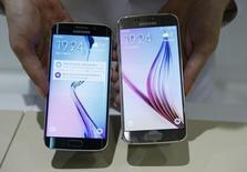 Samsung Electronics a dévoilé dimanche ses derniers smartphones de la gamme Galaxy S, profilés et en métal de haute qualité tel qu'utilisé dans l'aviation, pour tenter de reprendre à Apple sa place de leader mondial des smartphones. Le Galaxy S6 et son design à bords courbes sont décisifs pour la tentative de Samsung contrecarrer le plongeon de son chiffre d'affaires dans les smartphones, qui a entraîné en 2014 la première baisse de ses résultats depuis trois ans. /Photo prise le 1er mars 2015/REUTERS/Albert Gea