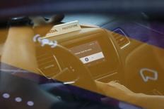 """Le principal sujet de conversation dans les allées du 85e salon de l'automobile de Genève cette semaine devrait probablement être un véhicule qui pourrait ne jamais voir le jour: une voiture estampillée Apple. La paternité de la """"voiture du futur"""" pourrait bien échapper aux contructeurs traditionnels au profit de géants des hautes technologies, Google ayant fait part de son intention de commercialiser d'ici 2020 une voiture sans conducteur et les articles de presse concernant un projet de véhicule électrique chez Apple s'étant multipliés le mois dernier. /Photo d'archives/REUTERS/Elijah Nouvelage"""