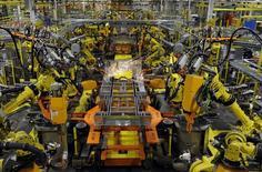 Unos brazos robóticos soldando el chasis de un vehículo en la planta de Ford en Claycomo, EEUU, abr 30 2014. Un clima invernal severo desaceleró las ventas de vehículos en Estados Unidos en febrero por segundo año consecutivo y varias grandes automotrices incumplieron las proyecciones de analistas y contuvieron las expectativas optimistas.  REUTERS/Dave Kaup