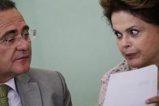 A presidente Dilma Rousseff conversa com o presidente do Senado, Renan Calheiros, durante evento no Palácio do Planalto, em Brasília, no ano passado. 06/05/2014 REUTERS/Ueslei Marcelino