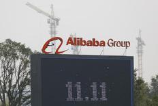 El logo de Alibaba en su casa matriz en Hangzhou, China, nov 11 2014. Alibaba Group Holding Ltd ponía en marcha el miércoles un centro de computación en nube en Silicon Valley, el primero del gigante del comercio electrónico fuera de China, subrayando sus ambiciones globales frente a una dura competencia. REUTERS/Aly Song