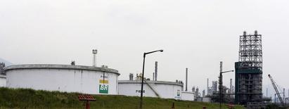 Una refinería de la petrolera brasileña estatal brasileña Petrobras en Cubatao, feb 25 2015. La petrolera brasileña estatal brasileña Petrobras buscará financiamiento por hasta 19.000 millones de dólares este año, pese al escándalo de corrupción que le costó su calificación de grado de inversión, dijo el miércoles a Reuters una fuente con conocimiento directo del asunto.      REUTERS/Paulo Whitaker