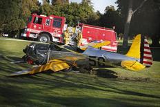 """Un avión yace sobre el césped después de caen en el campo de golf Penmar Golf Course en Venice, Los Angeles, California. 5 de marzo, 2015. Harrison Ford, estrella de """"La Guerra de las Galaxias"""", resultó gravemente herido el jueves en un accidente de un avión pequeño en un campo de golf de Los Angeles poco después de despegar desde un aeropuerto local, dijo una fuente a Reuters. El avión monomotor golpeó un árbol durante su caída, poco después de que despegó desde el Aeropuerto de Santa Mónica, a cerca de 1,6 kilómetros de distancia, y el piloto se hallaba en estado """"aceptable a moderado"""", dijo el jefe asistente del Departamento de Bomberos de Los Angeles, Patrick Butler. REUTERS/Lucy Nicholson"""
