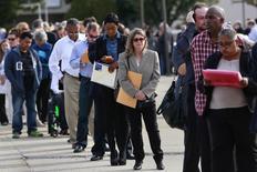 El empleo en Estados Unidos probablemente aumentó con fuerza en febrero y la tasa de desempleo habría retrocedido, señales que podrían alentar a la Reserva Federal a considerar subir los tipos de interés en junio. En la imagen de archivo, gente haciendo cola para entrar en una feria de empleo en Uniondale, Nueva York, el 7 de octubre de 2014. REUTERS/Shannon Stapleton