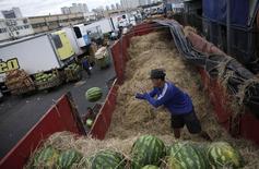 Funcionários descarregam melancias na Ceagesp, em São Paulo. 25/02/2015 REUTERS/Nacho Doce