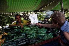 Imagen de un vendedor y un cliente en un mercado en Sao Paulo, Brasil. 6 de enero, 2015. El índice de precios al consumidor IPCA de Brasil subió un 1,22 por ciento en febrero, superando todos los pronósticos en un sondeo de Reuters, informó el viernes el Instituto Brasileño de Geografía y Estadística (IBGE). REUTERS/Nacho Doce