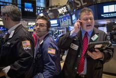 La Bourse de New York a fini en net repli vendredi après la publication de chiffres qui confirment le raffermissement du marché de l'emploi aux Etats-Unis. /Photo prise le 6 mars 2015/REUTERS/Brendan McDermid