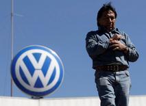 Imagen de archivo de un trabajador saliendo de la planta de la firma automotriz alemana Volkswagen en Puebla, México, ene 19 2009. La firma automotriz alemana Volkswagen dijo el lunes que invertirá 1,000 millones de dólares para expandir su planta en México, en el central estado de Puebla, para producir el todoterreno compacto Tiguan. REUTERS/Imelda Medina